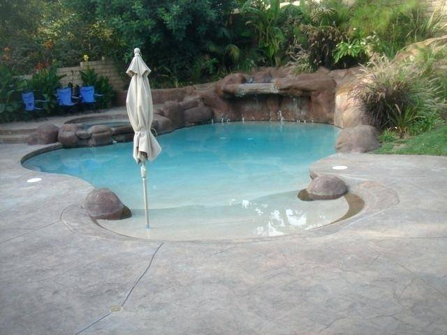 The swimming pool offers multiple relaxing lounges