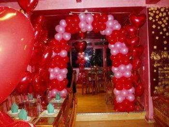 Categories Wedding Inspiration · balloon arch and bar cart