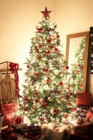 This Christmas tree decor adds to a
