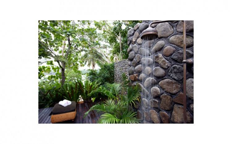 a private courtyard with an outdoor shower and Jacuzzi spa bath