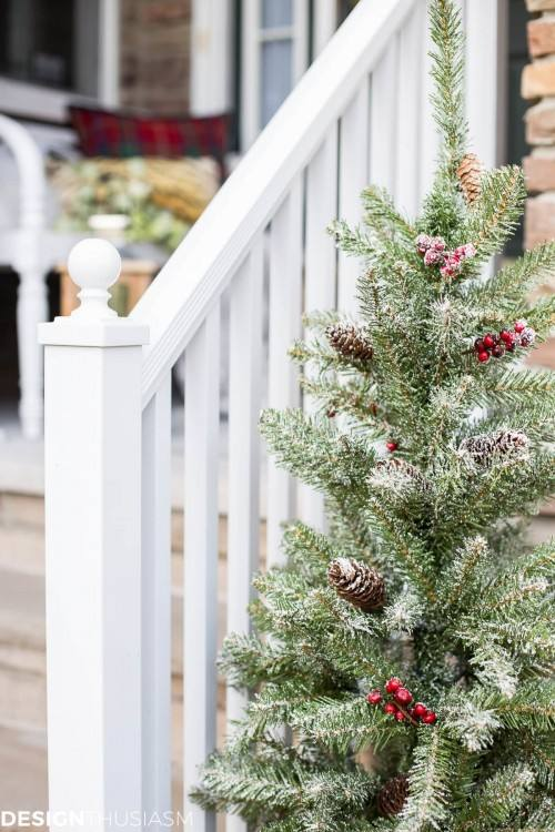 If you are looking for a more minimal Christmas decor, then look no further  than these Christmas front porch ideas from 'Crazy Chic Design'