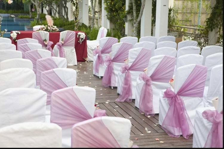 Chances are your wedding guests have attended a zillion of weddings and  while you fish around for trending decorative ideas for the hatke touch,